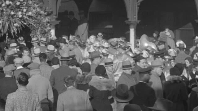 ms pan shot of crowd - gemeinsam gehen stock-videos und b-roll-filmmaterial