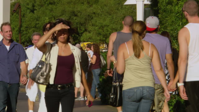 cu shot of crowd walking on sidewalk/ las vegars, united states - 手をかざす点の映像素材/bロール