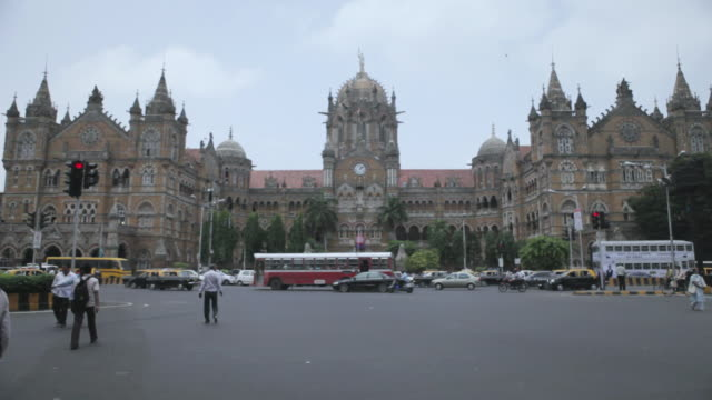ms r/f shot of crowded area infront of  victoria terminus / mumbai, maharashtra, india - フェードイン点の映像素材/bロール