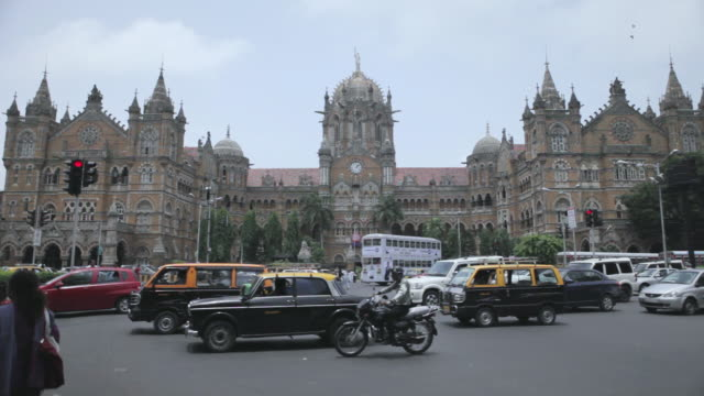 vídeos de stock, filmes e b-roll de ms r/f shot of crowded area infront of  victoria terminus / mumbai, maharashtra, india - grupo pequeno de animais