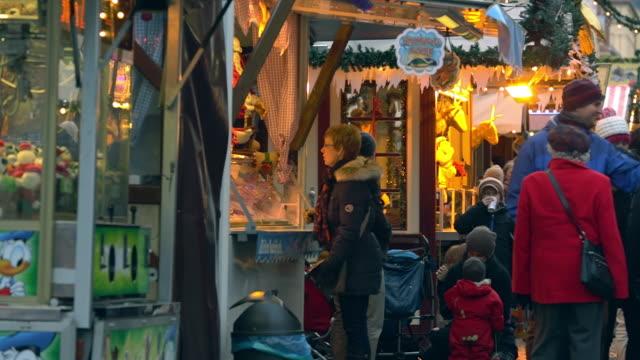 vidéos et rushes de ms pan shot of crowded christmas market in potsdam / potsdam, brandenburg, germany  - panoramique