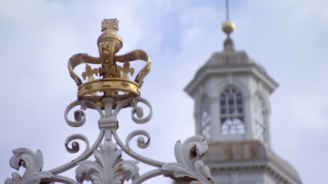 cu zi shot of cupola of governors palace in williamsburg to crown on top of entrance gate / williamsburg, virginia, united states  - kolonialstil stock-videos und b-roll-filmmaterial