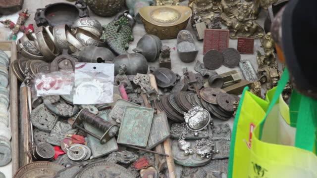 ms tu shot of curio and antique market / xi'an, shaanxi, china - rappresentazione di animale video stock e b–roll