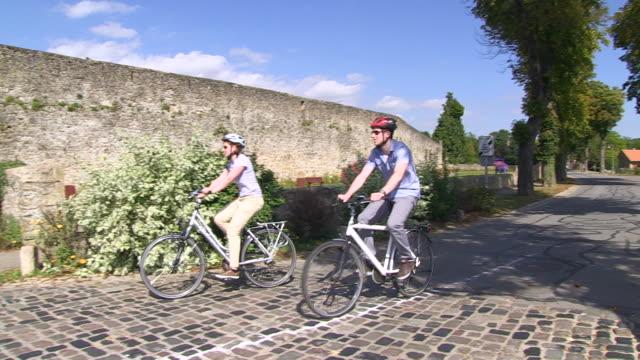 vidéos et rushes de ms ts td shot of cyclists at old town / rodemack, lorraine, france - trottoir