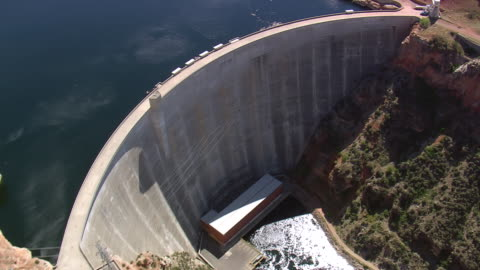stockvideo's en b-roll-footage met ms aerial td shot of dam in river with pwer station / montana, united states - dam mens gemaakte bouwwerken