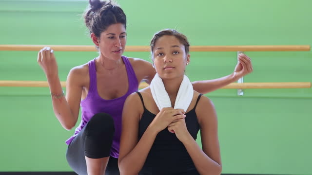 stockvideo's en b-roll-footage met ms shot of dance teacher talking to her student / santa fe, new mexico, united states - gympak