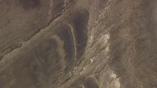 vídeos de stock, filmes e b-roll de cu aerial zi zo shot of desert, lakes and crags towards landmannalaugur / iceland - islândia central