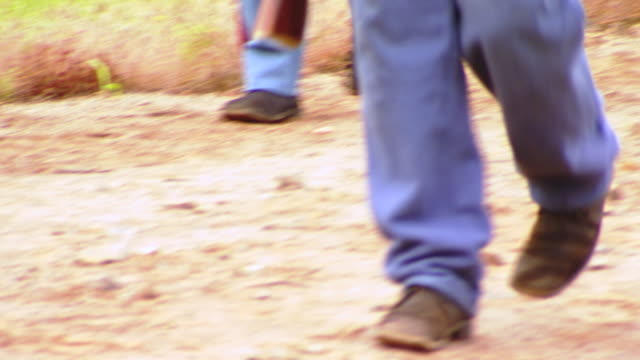 vídeos de stock, filmes e b-roll de cu pov shot of detail of legs and feet as union soldiers walk on dirt road / culpeper, virginia, united states - exército da união