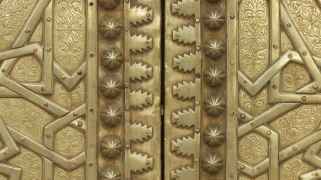 cu tu shot of detailed brass work seen on external doors of royal palace / fez, fes-boulemane, morocco - 真鋳点の映像素材/bロール
