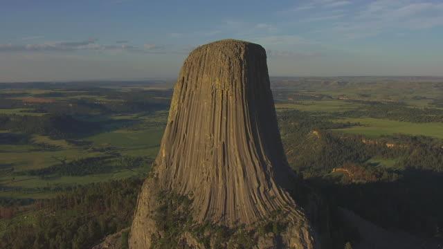vídeos de stock, filmes e b-roll de ms aerial ts shot of devils tower / wyoming, united states - ponto de referência natural