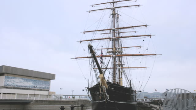 ms shot of discovery at discovery point / dundee, scotland, united states - dundee scotland stock videos & royalty-free footage