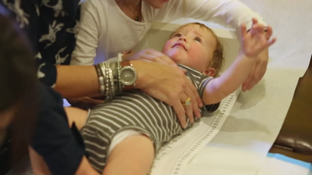 stockvideo's en b-roll-footage met cu shot of doctor measuring baby's height / santa fe, new mexico, united states - lengte