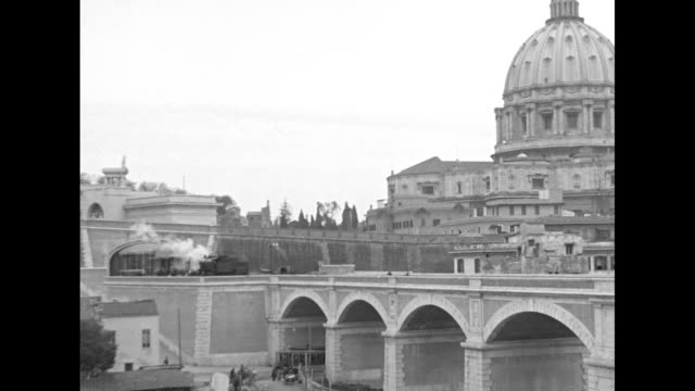 vídeos de stock e filmes b-roll de shot of dome of st peter's basilica bridge across tiber river in foreground / two shots from moving vehicle of dome of st peter's basilica / note... - basílica de são pedro