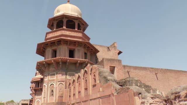 ms shot of domed building at taj mahal against blue sky / agra, uttar pradesh, india  - agra video stock e b–roll