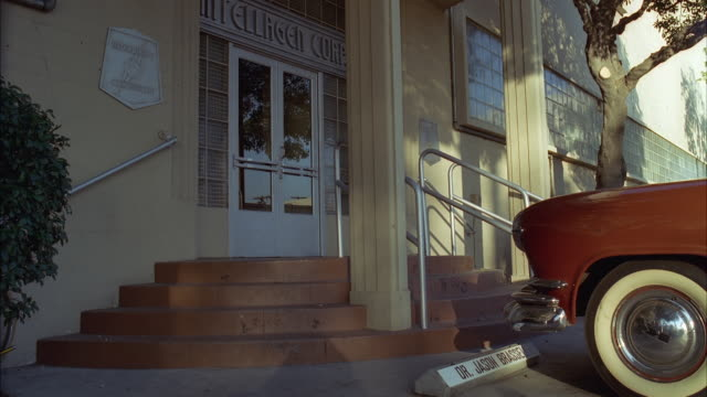 vídeos de stock, filmes e b-roll de ms pan shot of double glass doors and sign of 'intellagen corp' - escrita ocidental