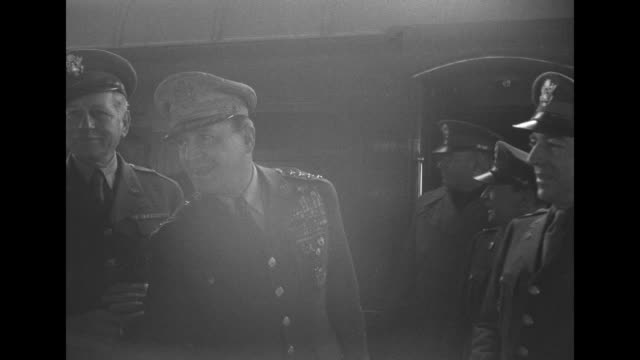 vídeos de stock e filmes b-roll de shot of douglas macarthur's son arthur on platform at train station, his mother jean next to him holding his hand / us mps standing in formation on... - pacific war