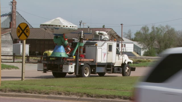 vídeos de stock, filmes e b-roll de shot of dow doppler on wheels radar truck in kansas usa, handheld. - doppler