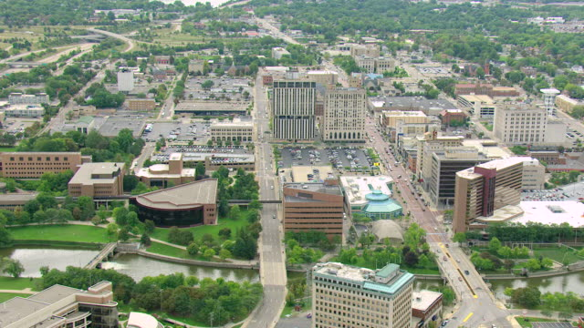 vídeos de stock, filmes e b-roll de ms aerial shot of downtown office buildings and streetscape / flint, michigan, united states - michigan