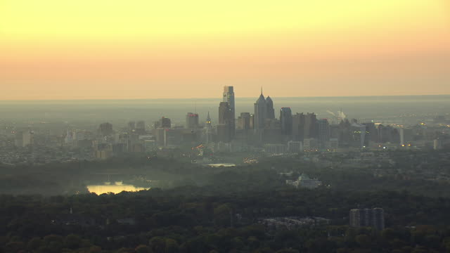 ws aerial shot of downtown skyline at sunset / philadelphia, pennsylvania, united states - 逆光点の映像素材/bロール