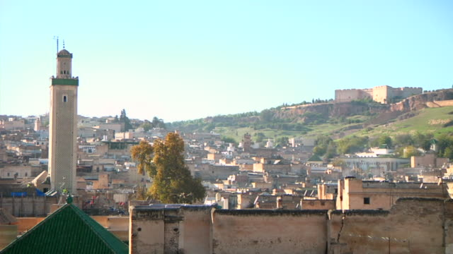 stockvideo's en b-roll-footage met ms shot of downtown with buildings / fes, centro-north, morocco - wiese