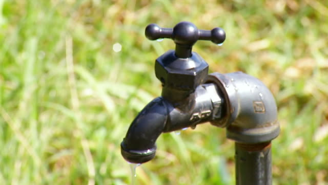 ms shot of dripping tap / nelspruit, mpumalanga, south africa - dissolvenza in chiusura video stock e b–roll