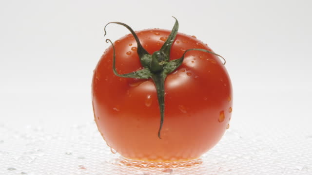 stockvideo's en b-roll-footage met cu slo mo shot of drop of water and tomato / toronto, ontario, canada  - enkel object