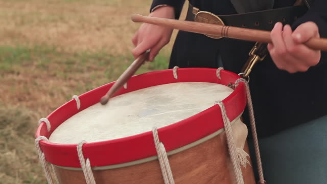 vídeos de stock e filmes b-roll de cu shot of drum sticks hitting drum as drummer boy playing  / gettysburg, virginia, united states - exército da união