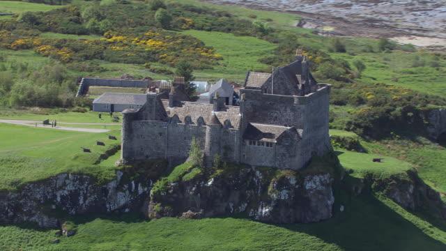 vídeos de stock e filmes b-roll de ms aerial zo shot of duart castle / isle or island of mull, argyll and bute, scotland - ilha mull
