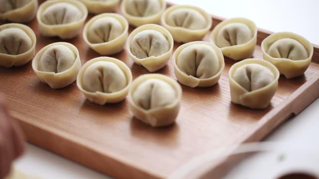 vídeos de stock, filmes e b-roll de ecu r/f pan shot of dumplings and dumpling filling / seoul, south korea - bolinho de massa