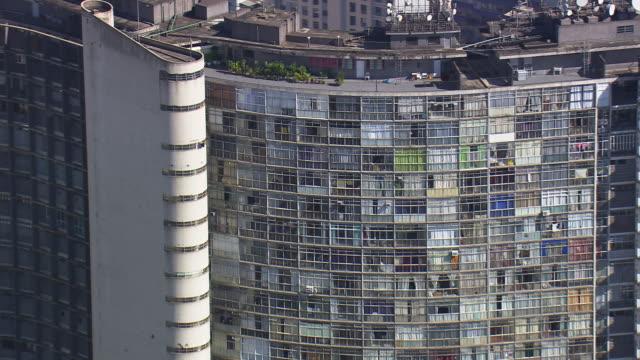 vidéos et rushes de ms aerial tvs zo shot of edifice copan around city / sao paulo, brazil - antennes