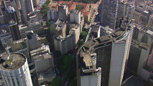 vidéos et rushes de ms aerial shot of edifice copan building with surrounding area / sao paulo, brazil - sao paulo