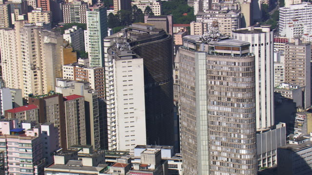 vidéos et rushes de ms aerial tvs shot of edifice italia and edifice copan around city / sao paulo, brazil - sao paulo