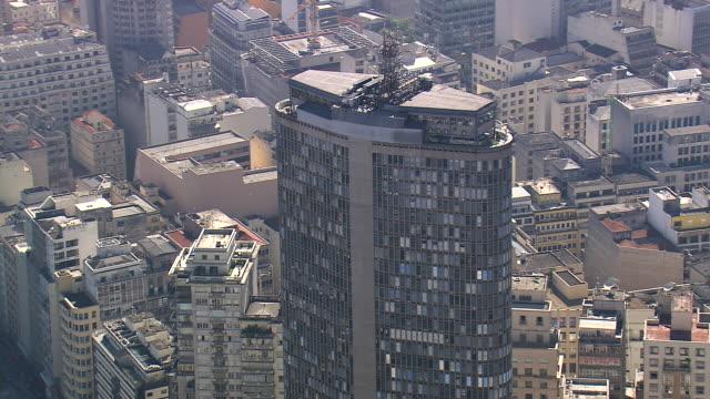 vídeos de stock, filmes e b-roll de ms aerial shot of edifice italia around city / sao paulo, brazil - formato de alta definição