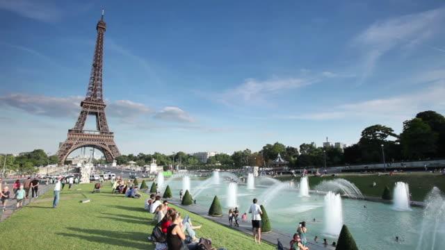 ms shot of eiffel tower and tourists, view from jardins du trocadero / paris, ile-de-france, france - 史跡めぐり点の映像素材/bロール