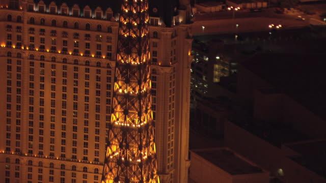 vídeos y material grabado en eventos de stock de ms aerial tu shot of eiffel tower with lights on it at night / las vegas, nevada, united states - réplica de la torre eiffel paris las vegas