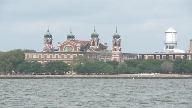vidéos et rushes de ms shot of ellis island / new york, new york, united states - port de new york