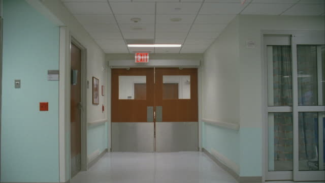 vídeos de stock, filmes e b-roll de ms pov shot of empty hospital - entrada