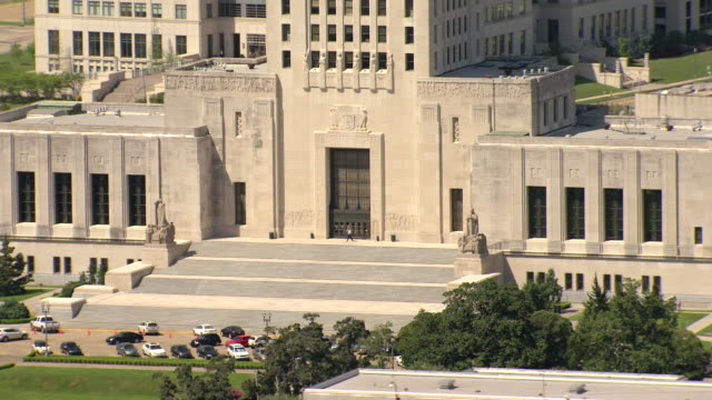 ms aerial zi shot of entrance of louisiana state capitol building / baton rouge, louisiana, united states - kapitol von louisiana stock-videos und b-roll-filmmaterial