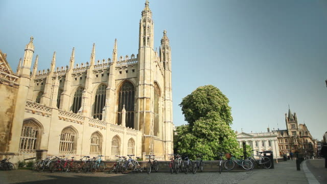 vídeos de stock, filmes e b-roll de ms pan shot of entrance to kings college cambridge / cambridge, cambridgeshire, united kingdom - king's college cambridge