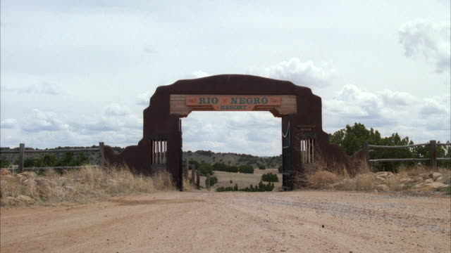 vídeos de stock, filmes e b-roll de ws shot of entrance to 'rio negro ranch resort' with name on archway - escrita ocidental