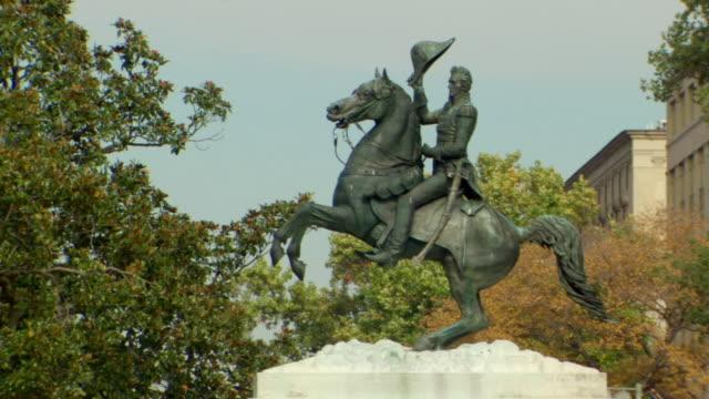 vídeos y material grabado en eventos de stock de ms shot of equestrian bronze statue of andrew jackson / washington, district of columbia, united states - andrew jackson presidente de los estados unidos