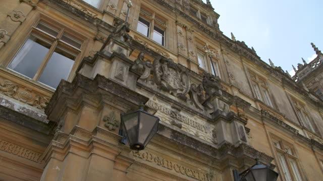 vídeos y material grabado en eventos de stock de ms td shot of exterior highclere castle / hampshire, united kingdom - hampshire