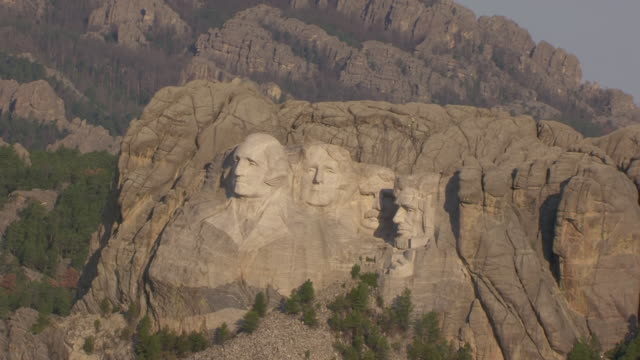 ms aerial ts zo shot of face details of abraham lincoln and theodore roosevelt and thomas jefferson and george washington and pull out at mount rushmore / south dakota, united states - präsident der usa stock-videos und b-roll-filmmaterial