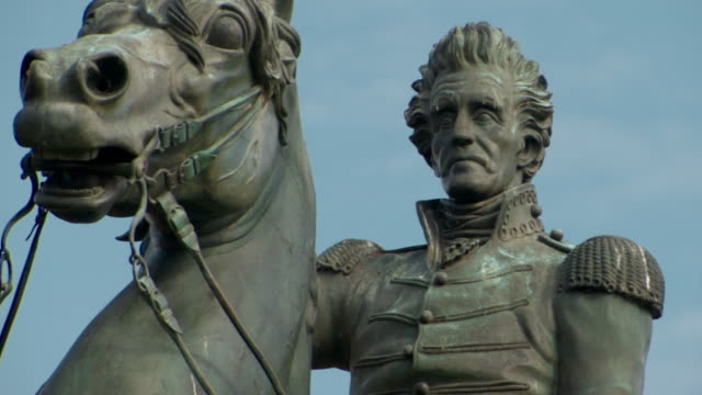 vidéos et rushes de cu shot of face of equestrian bronze statue of andrew jackson and his horse / washington, district of columbia, united states - président