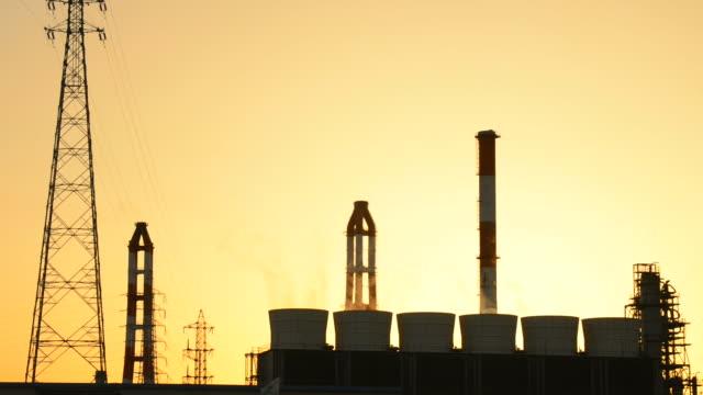ms shot of factory zone of city at sunset / yokkaichi, mie, japan - ワイヤー点の映像素材/bロール