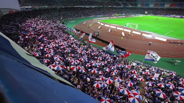 vídeos de stock, filmes e b-roll de ms shot of fans at soccer game in nissan stadium / yokohama, kanagawa, japan  - competition round