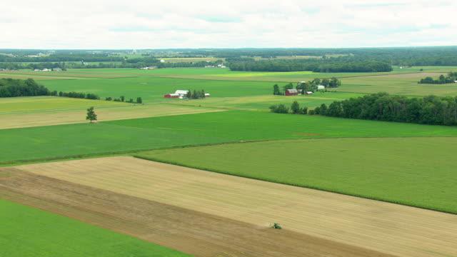 vídeos y material grabado en eventos de stock de ms aerial shot of farm with red barn in saginaw county / michigan, united state - paisaje mosaico