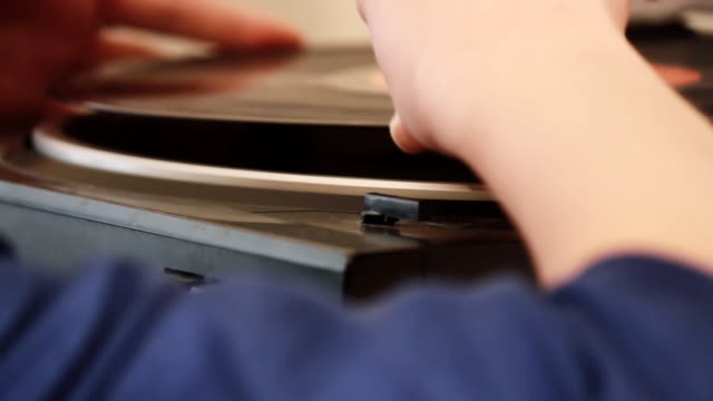 stockvideo's en b-roll-footage met cu shot of female hand playing record player / nakano, tokyo, japan - mouw