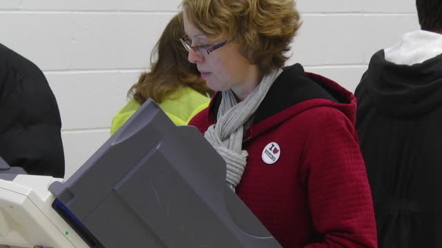 ms zi shot of female voter casts ballot at copmuter terminal during voting in presidential election / sylvania, ohio, united states  - politische wahl stock-videos und b-roll-filmmaterial