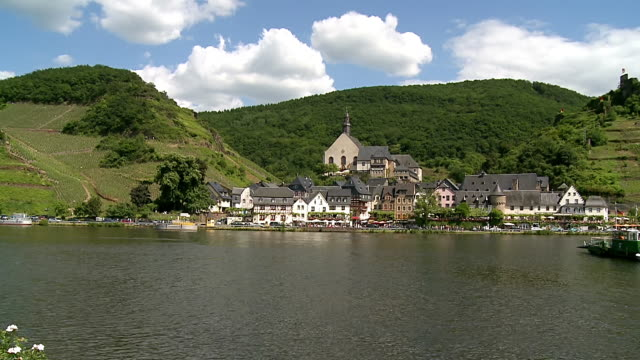 stockvideo's en b-roll-footage met ws pan shot of ferry and metternich castle, moselle valley / beilstein, moselle valley, rhineland palatinate, germany - passagiersboot